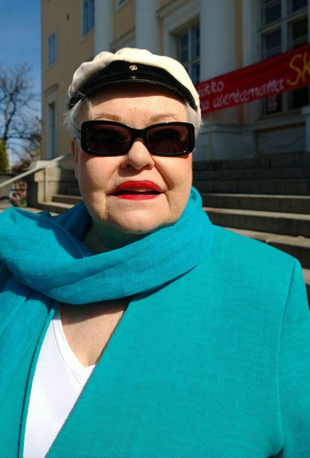 Anneli Saaristo lauloi työväenlauluja.