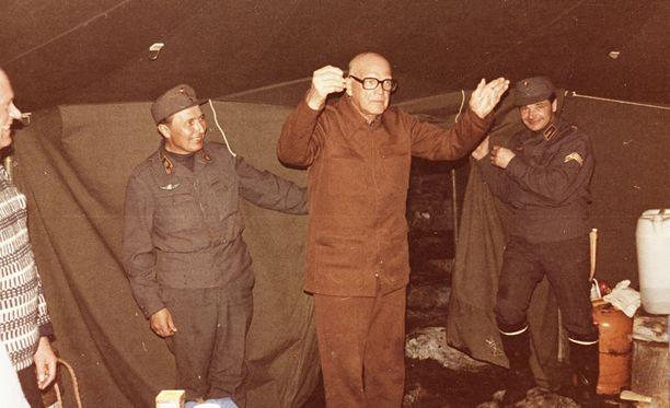 Vappu iloisissa tunnelmissa Porojärvellä 1975. Voi vain arvailla, mikä esitys tässä on meneillään.