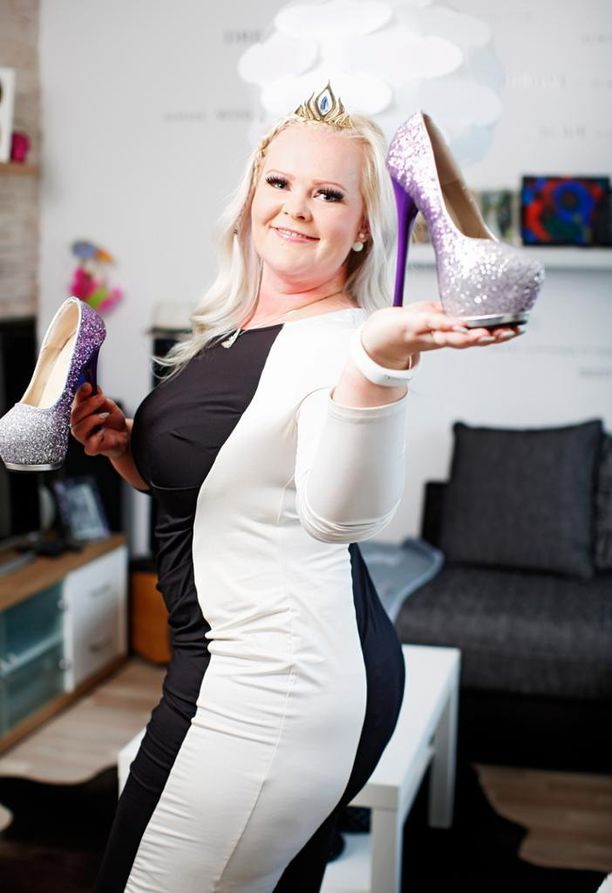 """Jyväskyläläinen Anna-Mari Määttä on iso tyttö ja sinut kilojensa kanssa. Hän rakastaa vaatteita ja pukeutumista, ja yksi hänen statementeistään on esiintyä Disneyn Frozen-elokuvan Elsa-prinsessan """"normaalikokoisena versiona"""" esimerkiksi lastenjuhlilla."""