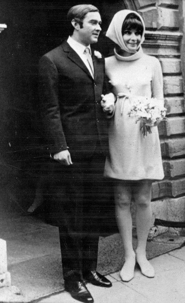 Toista kertaa vuonna 1969 naimisiin menneellä Audrey Hepburnilla oli yllään tuohon aikaan erittäin futuristinen puku. Perinteitä rikkovat esimerkiksi puvun lyhyt helma sekä matalakantaiset hääkengät. Puku olisi ehdottoman trendikäs myös juuri nyt poolomaisen pääntiensä sekä hupun tyyliin sidotun huivin ansiosta. Loistovalinta syyshäihin!