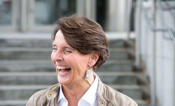 Liikenne- ja viestintäministeri Anne Bernerin (kesk) edustama keskustan uusi linja sen sijaan kurvaa suoraan kokoomuksen oikean laidan viereen, kirjoittaa Juha Keskinen.