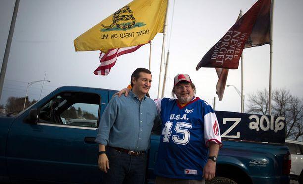 Presidenttiehdokas Ted Cruz (vasemmalla) poseeraa kannattajansa Jim Engbretsonin kanssa Iowassa.