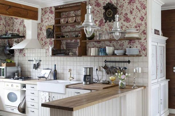Keittiössä on maalaisromanttista tunnelmaa.