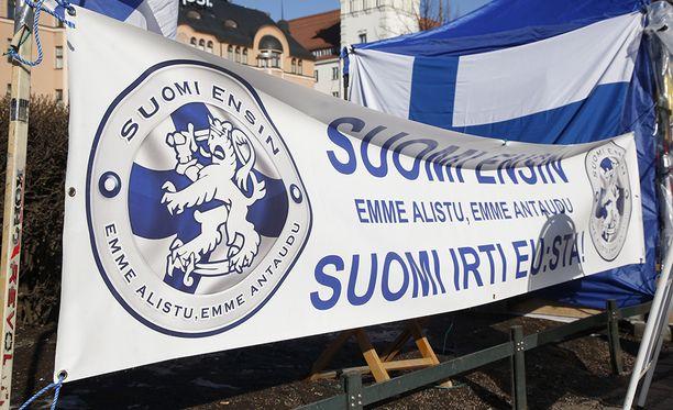 Maahanmuuttokriittinen Suomi Ensin -ryhmittymä kerää kannatuskortteja Paavo Väyrysen saamiseksi presidenttiehdokkaaksi.