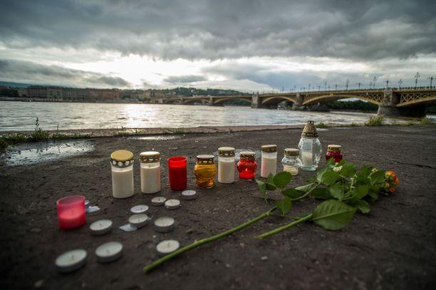 Tonavan laidalle ilmestyi kukkia ja kynttilöitä keskiviikon jokilaivaturmassa kuolleiden muistolle.