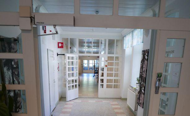 Niuvanniemen oikeuspsykiatrisen sairaalan käytävää.