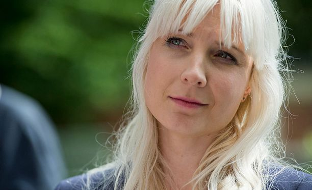 """Presidenttiehdokas Laura Huhtasaari sanoo olevansa pohjimmiltaan """"lempeäluonteinen sinivalkoinen suomalainen""""."""