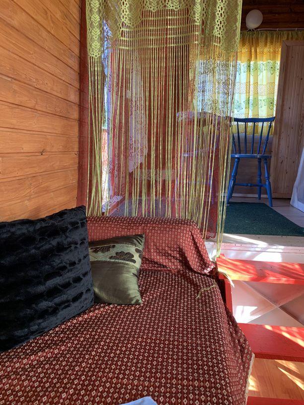 Majoitustilana toimiva sirkusvaunu on sisältä värikäs.