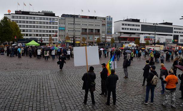 Kuopion torille kokoontui arviolta yli 200 mielenosoittajaa.