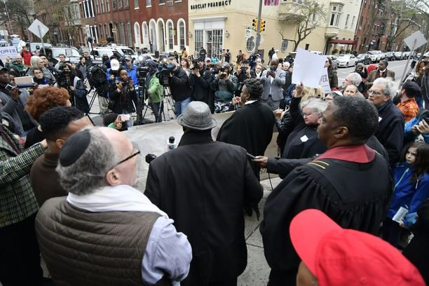 Mielenosoituksia on nähty myös liikkeen ulkopuolella.