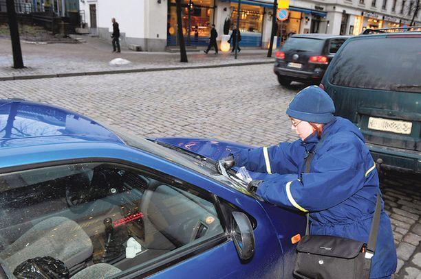 SAKOTTAJA – Jotkut ulkomaalaiskuljettajat käyttävät hyväkseen sitä, ettei heidän parkkisakkojaan voida periä. Toiset taas pysäköivät täysin sääntöjen mukaan, sanoo pysäköinnintarkastaja Tiina Korhonen.