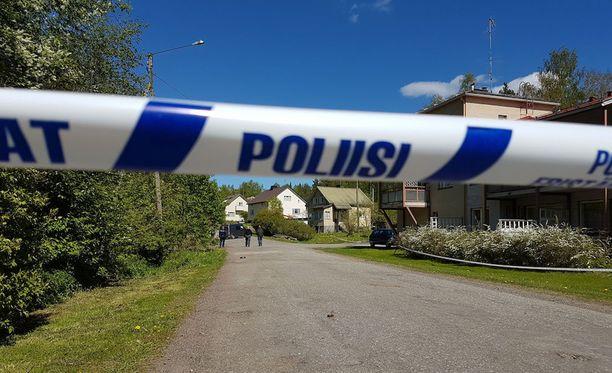 Poliisi eristi Mäntyharjun rikospaikan teknistä tutkintaa varten.
