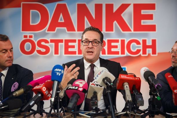 Äärioikeistolaisen FPÖ-puolueen johtaja Heinz-Christian Strache kiitteli äänestäjiä hyvästä äänisaaliista.