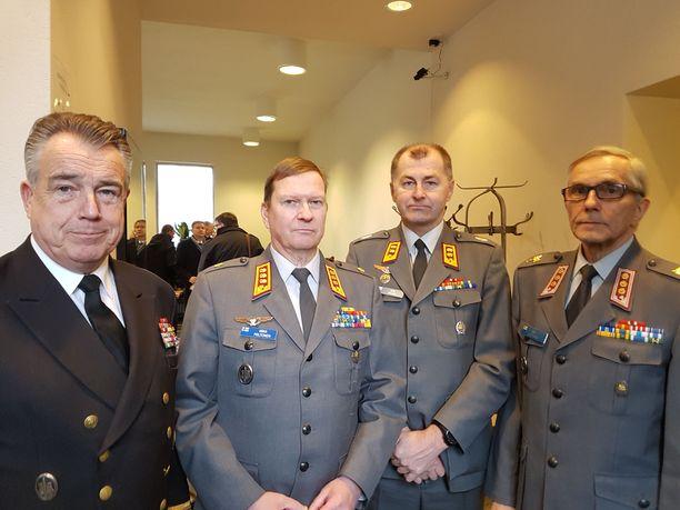 Mukana juhlallisuuksissa oli kontra-amiraali , kenraaliluutnantti , kenraalimajuri  ja eversti .