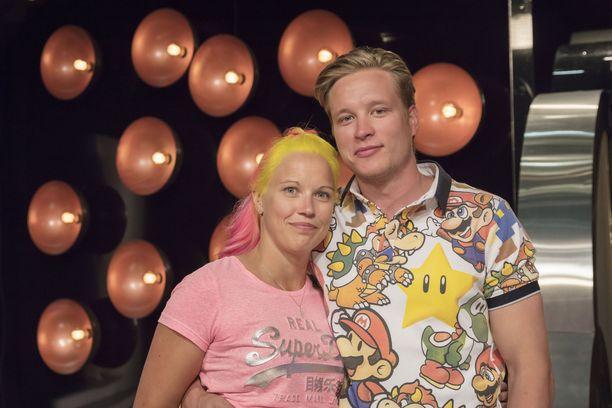 Kuvassa neiti X Emmaleena ja herra C Antti.