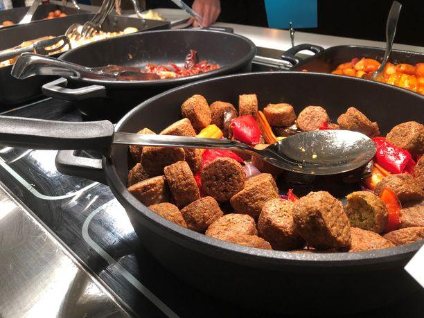 Ensimmäisiä asioita, mihin uusissa hotelleissa on puututtu, on aamiaisen muuttaminen Scandic-brändin mukaiseksi. Kuvassa aamiaistarjoilu Meilahden Scandic-hotellissa.