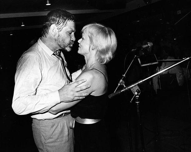 Hali ja pusu Katri Helenalle laulun lomassa 1980.