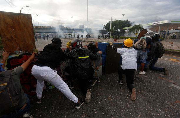 Mielenosoittajat ja mellakkapoliisi ottivat yhteen Calin kaupungissa Kolumbiassa maanantaina.