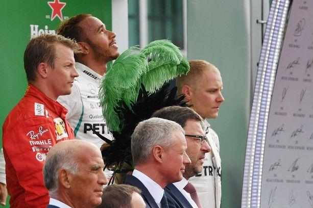 Kimi Räikkönen joutui toivottoman tilanteen eteen, kun Mercedes käytti kahden auton ylivoiman hyväkseen ja pelasi Lewis Hamiltonin Valtteri Bottaksen avulla Italian GP:n ykköseksi.