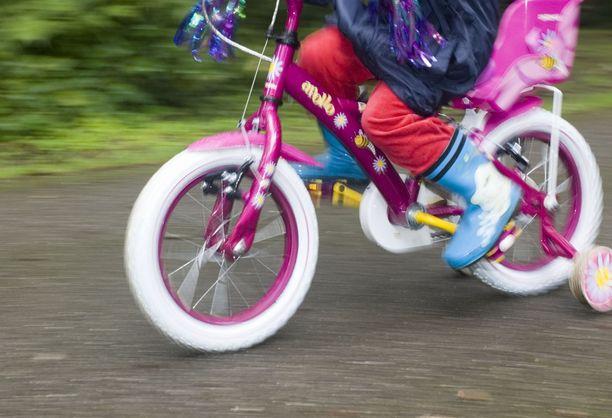 Polkupyörällä risteystä ylittänyt lapsi jäi auton alle Tyrnävällä. Kuvituskuva.