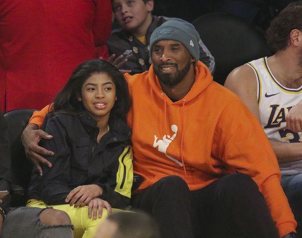 Kobe ja Gianna Bryant olivat joulukuussa seuraamassa Lakersin ottelua.