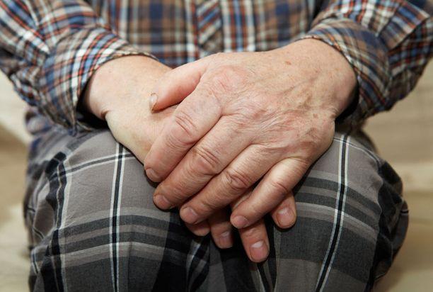 Vanhuksen kotiin tunkeutunut henkilö ehdotti pankkiasioissa auttamista. Kuvituskuva.