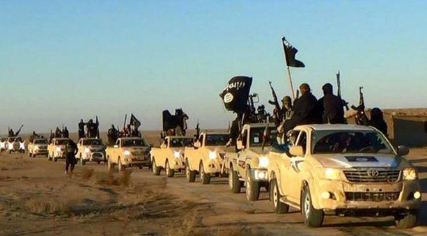 Isis-joukot Raqqassa. Sotilaallisten tappioiden lisäksi Isis on kärsinyt alkuvuoden aikana muun muassa rahojen häviämisestä.