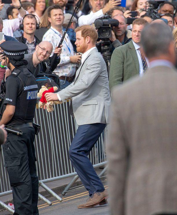 Eräs faneista lahjoitti prinssi Harrylle nallen.