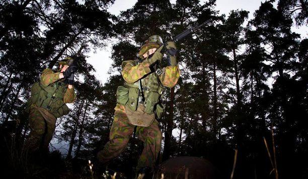 KAHTA MIELTÄ Tutkimusjohtaja Juho Rahkosen mukaan suomalaisten ristiriitaisen mielipiteen voi selittää se, ettei sodanuhkaa pidetä todennäköisenä.