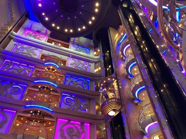 13 kerroksinen atrium on laivan sydän. Täällä muun muassa kippistellään tervetuliaismaljat.