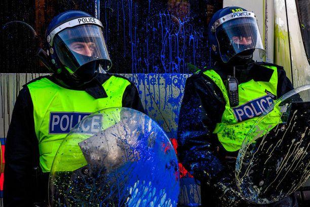 Poliisit töhrittiin maalilla vuoden 2010 opiskelijamielenosoituksessa. Moni poliisin kriittisistä toiminnoista voisi olla vaarassa, jos se joutuisi kyberhyökkäyksen kohteeksi.
