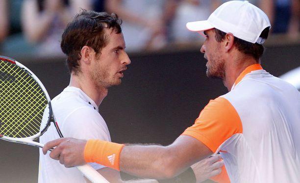 Mischa Zverev (oikealla) päihitti Andy Murrayn.