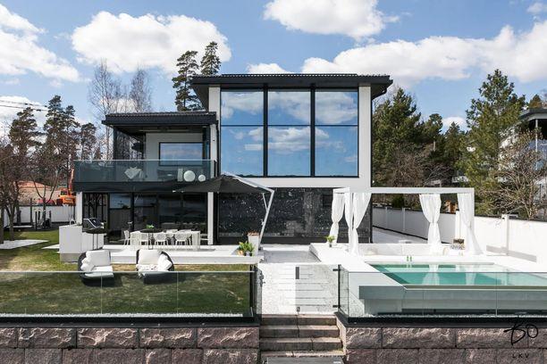 Tämä kiinteistö sijaitsee Espoon Westendissä niemen kärjessä. 371-neliöisen talon pyyntihinta on 4 950 000 euroa.