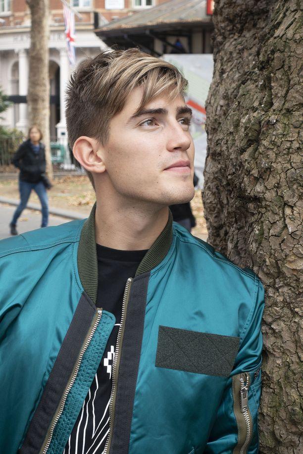 Turkoosin vihreään Diesel-takkiin pukeutunut tähti otti Lontoon haltuun.