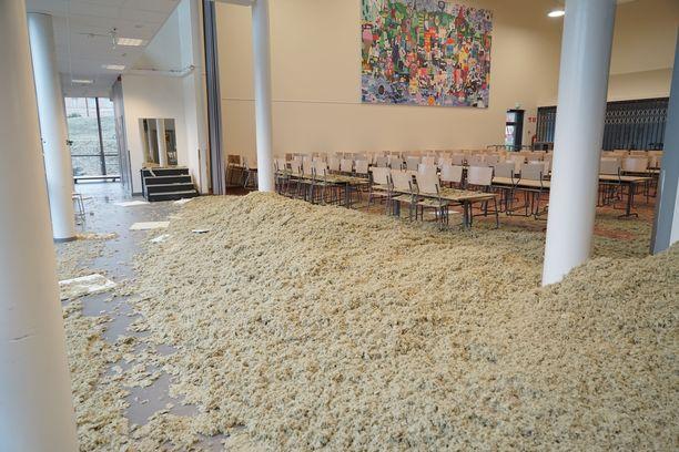 Ruokasalissa kävi päivittäin syömässä noin 170 oppilasta ja heidän opettajansa.