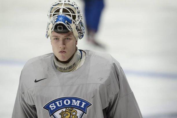 19-vuotias Emil Larmi oli MM-turnauksessa Suomen joukkueen kolmosveskari. Hän torjuu kiekkoja Mestiksessä Heinolan Peliitoissa.
