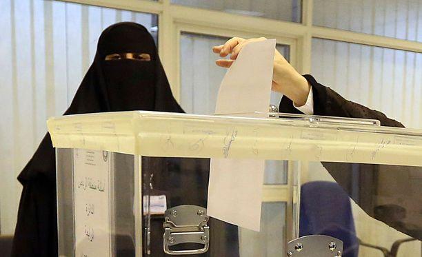 Naiset ryntäsivät ääniuurnille Saudi-Arabiassa.