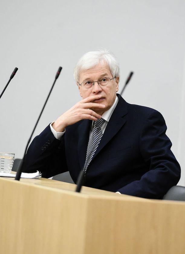 Bengt Holmströmin mukaan kansan suora puhuttelu on edustuksellisen demokratian kannalta vaarallista, koska kansan tieto on puutteellista. Holmströmin mukaan asian pitää olla hyvin poikkeuksellinen, jos kansaa lähestytään suoraan.