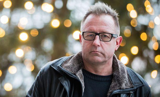 Reijo Mäki pysyy dekkareiden spin offin kirjoittajasta vaitonaisena.