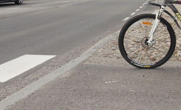 Pyöräilijällä oli suojatielle tullessa väistämisvelvollisuutta osoittava kärkikolmio. Kuvituskuva.