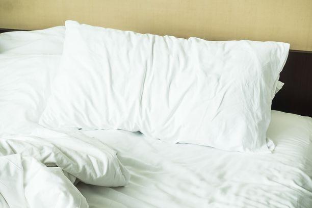 Tyynyliinan pesu ei riitä, vaan itse tyynykin pitäisi pestä pari kertaa vuodessa.