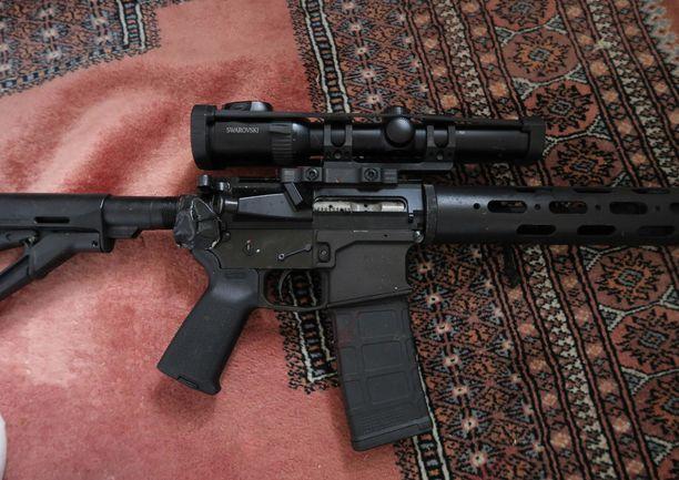 Miehen asuntoon ja hänen käyttämäänsä varastoon tehdyissä etsinnöissä löytyi kymmenkunta luvallista asetta.