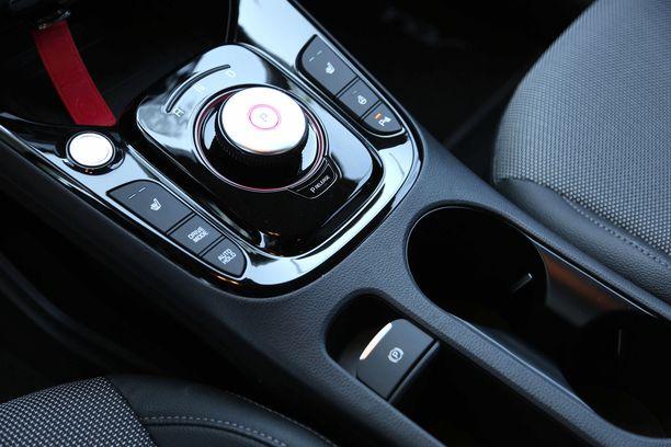 Keskikonsolissa olevan kierrettävän ajosuunnanvalitsimen vieressä on ajotilan valintapainike.