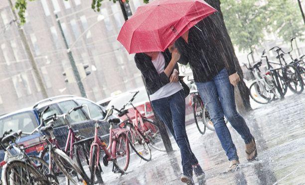 Juhannuksen jälkeen kesäkuu menee sateisissa tunnelmissa ja samaa on luvassa heinäkuullekin.
