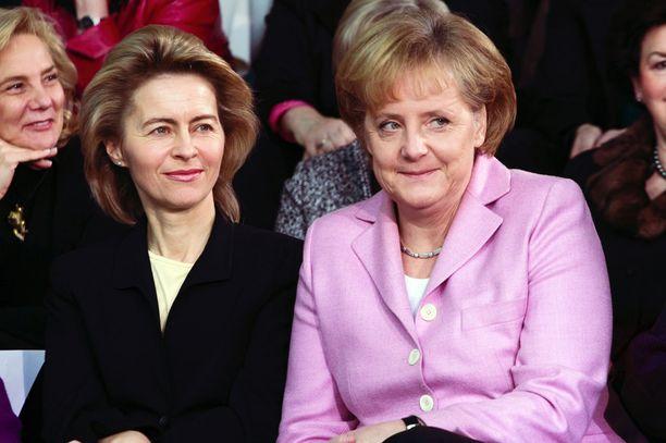 Ursula von der Leyen (vas.) on pitkään ollut Merkelin (oik.) tukija. Kuva otettu Berliinissä 2009.