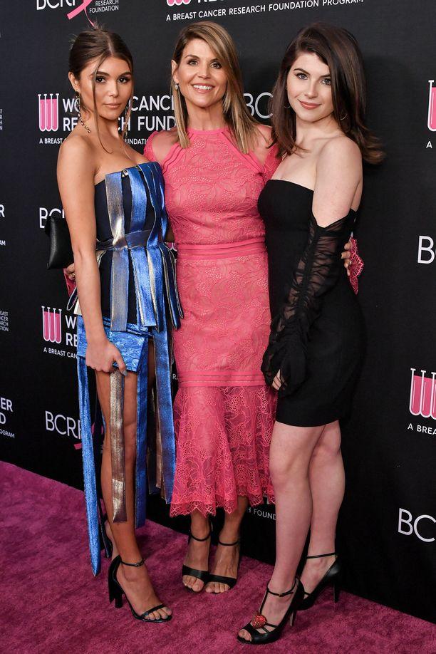 Lori Loughlin ja tyttäret Olivia Jade (vas.) ja Bella Giannulli (oik.) Beverly Hillsissä helmikuun lopussa 2019, kun kaikki vaikutti vielä olevan hyvin.