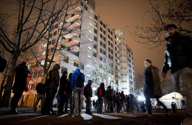 Turvapaikanhakijat odottivat Berliinissä sosiaali- ja terveysministeriön edustalla rekisteröitymistä.