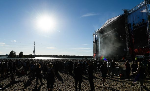 Aurinko helli rockin ystäviä Helsingin Hietaniemessä.