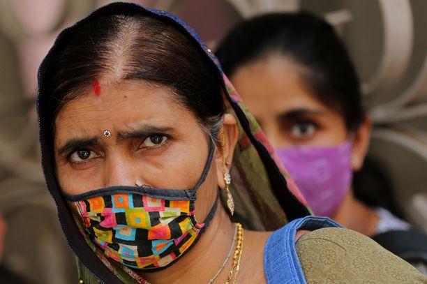 Intiassa rekisteröitiin torstaina valtava määrä uusia koronatartuntoja, 217 353 yhdessä päivässä.