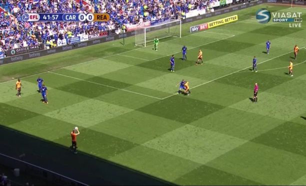 Tv-kuvassa näkyi selvästi, että heitto lähti sivurajan takaa. Kuvan saa suuremmaksi klikkaamalla.